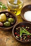 Aceite de oliva, grano de pimienta, sal del mar Imagen de archivo