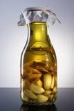 Aceite de oliva infundido hecho en casa fuerte y picante fragante asombroso del jengibre del ajo Fotos de archivo