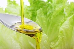 Aceite de oliva que vierte Fotografía de archivo