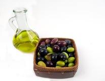 Aceite de oliva virginal adicional con las aceitunas frescas. Fotografía de archivo
