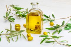 Aceite de oliva virginal adicional en la botella de cristal foreground imagen de archivo