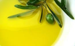 Aceite de oliva y aceituna verde Imágenes de archivo libres de regalías