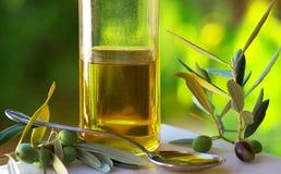 Aceite de oliva y aceitunas. Fotografía de archivo libre de regalías