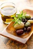 Aceite de oliva y aceitunas mezcladas Imagenes de archivo