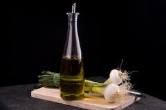 Aceite de oliva y cebollas verdes Fotografía de archivo libre de regalías