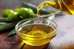 Aceite de oliva y ramita de la aceituna Fotos de archivo libres de regalías