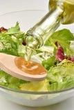 Aceite de oliva y una cuchara para hacer la ensalada fresca Foto de archivo libre de regalías