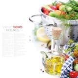 Aceite de oliva y verduras frescas Imágenes de archivo libres de regalías