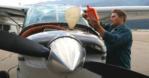 Aceite de relleno del ingeniero en motor de avión 4k metrajes