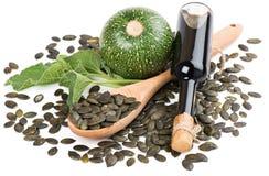 Aceite de semilla de calabaza, calabaza cruda y semillas Fotos de archivo