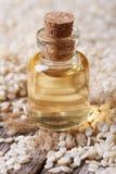 Aceite de semilla de sésamo en vertical del primer de la botella de cristal Fotos de archivo libres de regalías