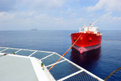 Aceite de transferencia del buque de petróleo al vellheli del cargo Imagen de archivo libre de regalías