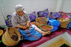 Aceite del Argan que procesa en Marruecos Imagenes de archivo