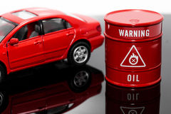 Aceite del barril y coche rojo Imagen de archivo libre de regalías