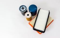 Aceite del coche y filtro de aire en un fondo blanco aislado Piezas de automóvil Aislante en blanco Fotografía de archivo libre de regalías