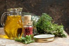 Aceite e hierbas de oliva Foto de archivo libre de regalías