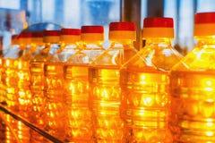 Aceite en botellas Producción industrial de aceite de girasol transportador Fotografía de archivo libre de regalías