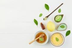 Aceite esencial del limón hecho en casa, baño de la sal y miel fresca en el p Foto de archivo