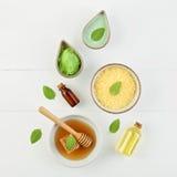 Aceite esencial del limón hecho en casa, baño de la sal y miel fresca en el p Foto de archivo libre de regalías