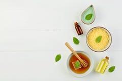 Aceite esencial del limón hecho en casa, baño de la sal y miel fresca en el p Imágenes de archivo libres de regalías