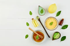 Aceite esencial del limón hecho en casa, baño de la sal y miel fresca en el p Fotografía de archivo libre de regalías