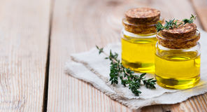 Aceite esencial orgánico del tomillo con las hojas verdes Foto de archivo libre de regalías
