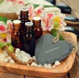 Aceite esencial y flores Imagenes de archivo