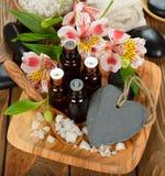 Aceite esencial y flores Fotografía de archivo libre de regalías