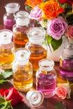 Aceite esencial y perfumería color de rosa del balneario del aromatherapy de las flores Foto de archivo libre de regalías