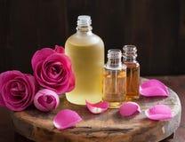 Aceite esencial y perfumería color de rosa del balneario del aromatherapy de las flores imagen de archivo