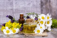 Aceite herbario mezclado Aceite esencial diverso Flores coloridas foto de archivo libre de regalías