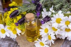 Aceite herbario mezclado Aceite esencial diverso Flores coloridas imagen de archivo