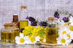 Aceite herbario mezclado Aceite esencial diverso Flores coloridas fotografía de archivo libre de regalías