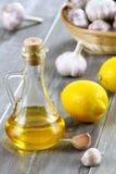 Aceite, limón y ajo de oliva. Imagenes de archivo