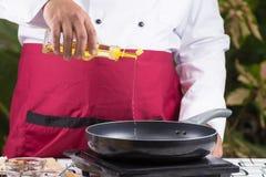 Aceite vegetal de colada del cocinero a la cacerola Fotografía de archivo