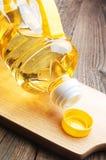 Aceite vegetal en primer plástico de la botella Imágenes de archivo libres de regalías