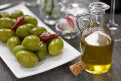 Aceite verde oliva y de oliva Fotos de archivo libres de regalías