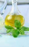 Aceite, vinagre y albahaca de oliva Imagen de archivo