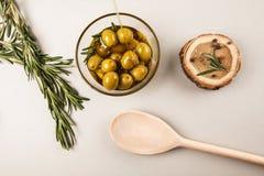 Aceite y aceitunas de oliva en cuenco Fotografía de archivo libre de regalías