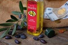 Aceite y dinero de oliva Fotografía de archivo