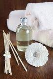 Aceite y palillos de la sandalia para el aromatherapy Foto de archivo
