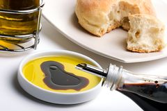 Aceite y pan de oliva Foto de archivo libre de regalías