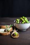 Aceite y pan de oliva en la madera Foto de archivo