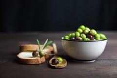 Aceite y pan de oliva en la madera Imagen de archivo libre de regalías