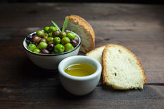 Aceite y pan de oliva en la madera Fotografía de archivo libre de regalías