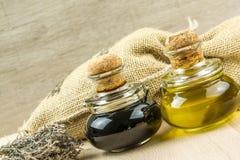 Aceite y vinagre de oliva con el tomillo, cebolla, provences de las hierbas Fotografía de archivo libre de regalías