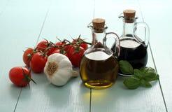 Aceite y vinagre de oliva en botellas del vintage en la tabla de madera Foto de archivo
