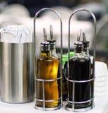 Aceite y vinagre en dispensador del acero inoxidable Foto de archivo