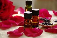 Aceites del Aromatherapy con las rosas Fotografía de archivo