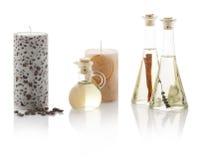 Aceites del balneario en botellas y velas perfumadas Con las trayectorias del picosegundo Foto de archivo